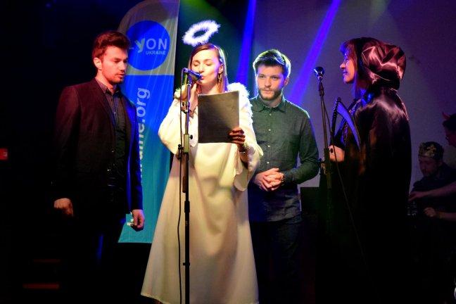 Olia GIRAUD sur la scène de la Péniche Loupika lors d'un chant de Noël, 2019