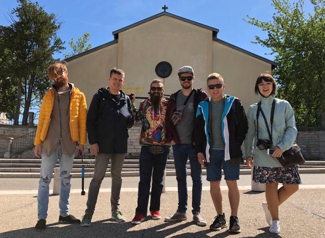 Гурт бандуристів Шпилясті кобзарі перед українською церквою Св.Атанасія, Ліон, 14 травня  2019 р.