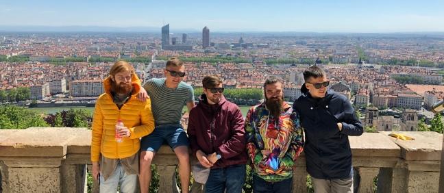 Гурт Шпилясті кобзарі на тлі панорами Ліона, Франція