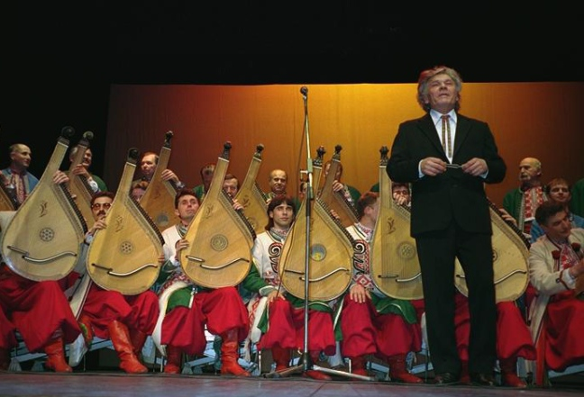 Mykola-Hnozd-devant-ses-bandouristes-lors-dun-concert-en-France