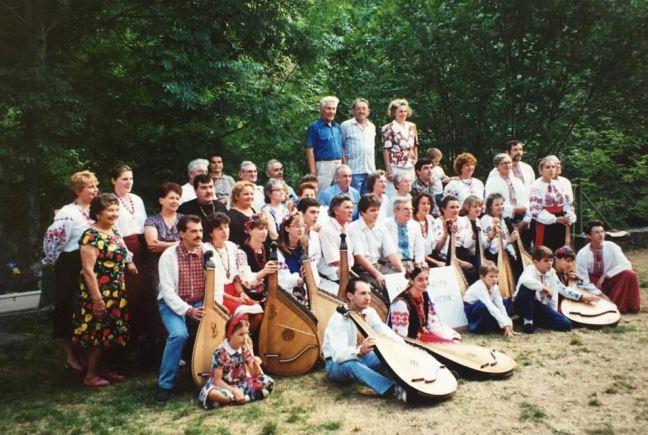 1994. Rochepaule (Ardèche). Mykola Hvozd (au centre) avec les participants du stage de bandoura et les piliers de la diaspora ukrainienne : MM. Korczak, Bliak, Slijouk.