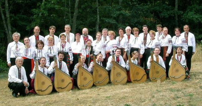 Mykola Hvozd (à g.) avec les participants de l'atelier bandoura à Tchornohora (Rochepaule) en 2003