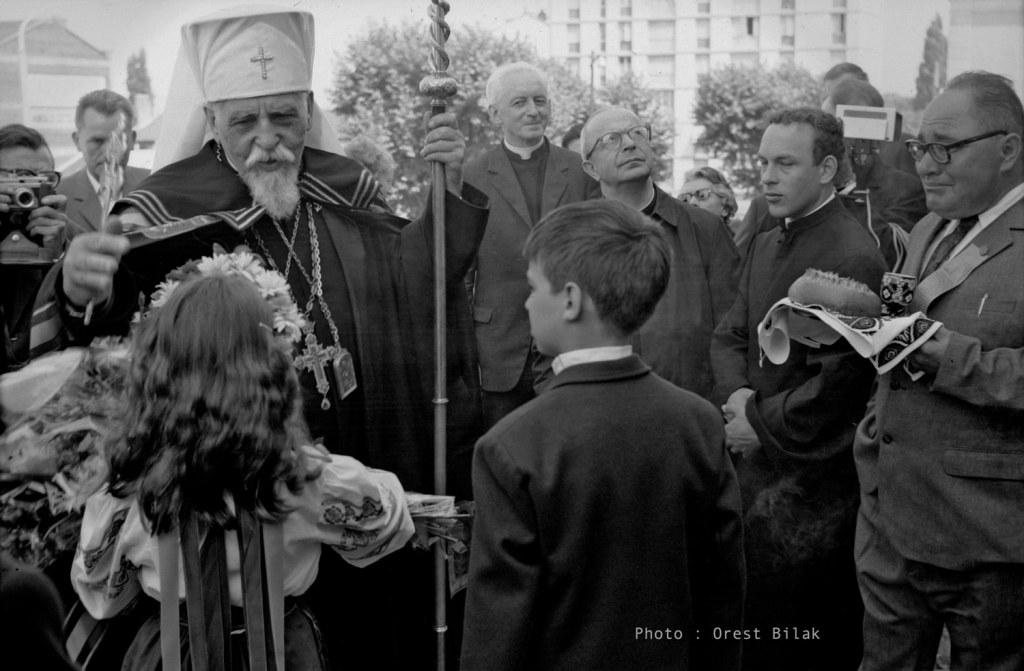 La communauté ukrainienne de Lyon accueille MgrJoseph Slipyi sur le parvis de l'église Saint-Athanase, Villeurbanne, le 14 juillet 1970.